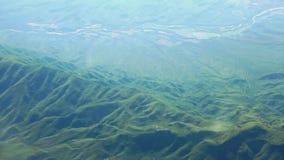 Het vliegen over de bergen stock videobeelden