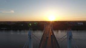 Het vliegen over de brug op een de zomeravond stock footage