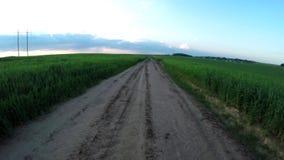 Het vliegen over de grintweg in het platteland stock footage