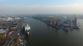 Het vliegen over de haven van Kaliningrad stock videobeelden