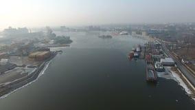 Het vliegen over de haven van Kaliningrad stock video