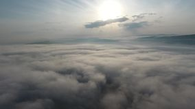 Het vliegen over de mist Over hemel stock video