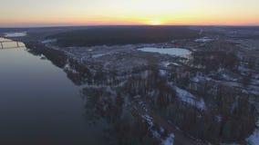 Het vliegen over de mooie rivier in hoogwater stock videobeelden