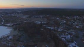 Het vliegen over de mooie rivier in hoogwater stock video