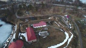 Het vliegen over de oude vesting Korela Priozersk, de luchtvideo van Rusland stock video