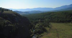 Het vliegen over de rivier Bergen van Altai, Siberië Kuraisteppe stock videobeelden