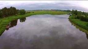 Het vliegen over de rivier Mologa stock video