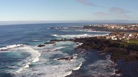 Het vliegen over de Rotsen en de Oceaangolven stock footage