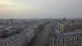 Het vliegen over de stad van Moskou stock video