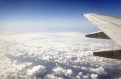 Het vliegen over de wolken stock fotografie