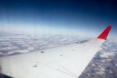 Het vliegen over de wolken De vleugel van samlet en de mooie hemel stock foto's