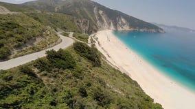 Het vliegen over een adembenemend strand en klippen met kronkelweg stock footage