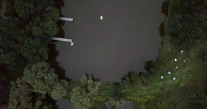 Het vliegen over een avondrivier Mooie rivier na zonsondergang Het bos wordt weerspiegeld in het water van de rivier Mooi stock footage