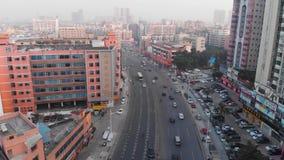 Het vliegen over een bezige straat Chinees gebied met dichte gebouwen stock footage