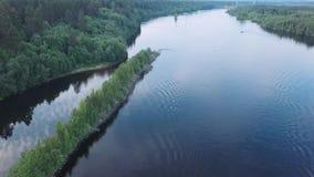 Het vliegen over een brede rivier met een snelheidsboot die varen naar nave stock footage
