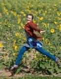 Het vliegen over een Gebied van Zonnebloemen Royalty-vrije Stock Foto