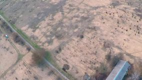Het vliegen over een gebiedssleep op een droog gebied stock videobeelden