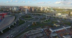 Het vliegen over een industrieel stadsdistrict stock videobeelden