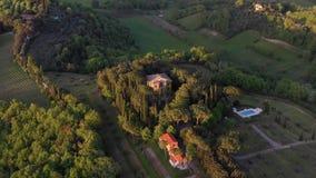 Het vliegen over een Italiaans landgoed stock video