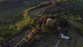 Het vliegen over een Italiaans landgoed stock videobeelden