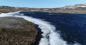 Het vliegen over een klein geïsoleerd meer in Noordoostelijk IJsland stock footage