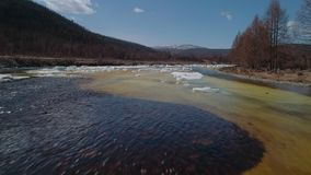 Het vliegen over een smeltende dekking van het rivierijs in de lente stock videobeelden