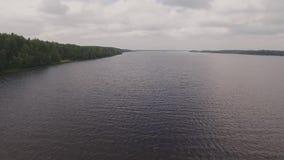 Het vliegen over een zeer mooie rivier stock videobeelden