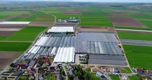 Het vliegen over grote serres Bloem het groeien aanplanting, grote serres, serres onder Europese gebieden stock video