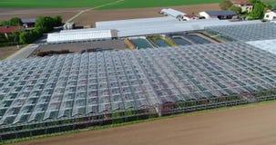 Het vliegen over grote serres Serre met het openen van vensters Bloem het groeien aanplanting, grote serres stock footage