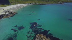 Het vliegen over kustlijn stock videobeelden