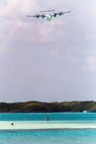 Propellervliegtuig over Los Roques Stock Foto