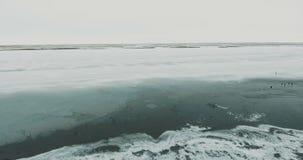 Het vliegen over Meer Bevroren meer dat met een dikke laag van ijs en sneeuw wordt behandeld stock videobeelden