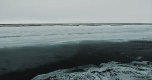 Het vliegen over Meer Bevroren meer dat met een dikke laag van ijs en sneeuw wordt behandeld stock video