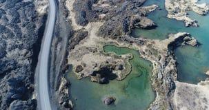 Het vliegen over Meer Myvatn in Noord-IJsland stock footage
