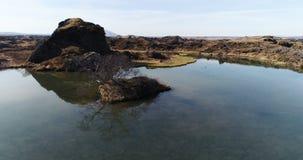 Het vliegen over Meer Myvatn in Noord-IJsland stock videobeelden