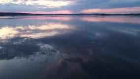Het vliegen over het meer in zonsondergang stock videobeelden