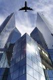Het vliegen over moderne Gebouwen Stock Afbeeldingen