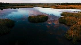 Het vliegen over het mooie meer door de weg Weg in de afstand Bezinning van wolken in het meer Luchtkamer stock videobeelden