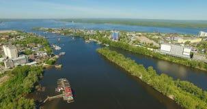 Het vliegen over Samara-rivierestuarium stock footage