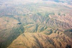 Het vliegen over siërra nationale bosheuvels en valleien royalty-vrije stock afbeeldingen