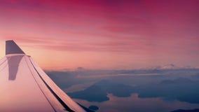 Het vliegen over Sneeuwbergen en Meren bij Zonsopgang stock footage