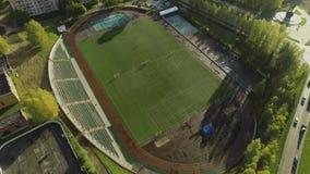 Het vliegen over het stadion in de zonnige stadszomer stock videobeelden