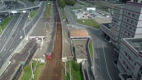 Het vliegen over stadsrand stock videobeelden