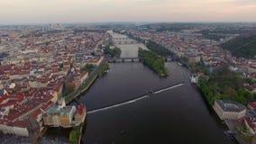 Het vliegen over Vltava-rivier met Charles Bridge in Praag stock footage