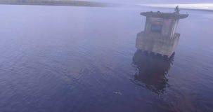 Het vliegen over water in mist stock videobeelden