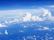 het vliegen over wolken in vliegtuig royalty-vrije stock afbeelding