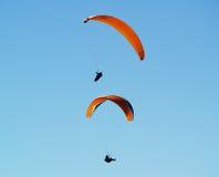 Het vliegen paragilders. stock foto's