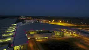 Het vliegen rond fantastische gloednieuwe luchthaventerminal stock footage