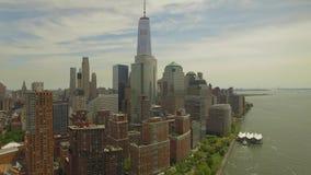 Het vliegen rond Lower Manhattan met de nieuwe bouw van het wereldhandelcentrum in het midden stock footage