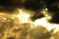 Het vliegen in stormachtige hemel Stock Afbeelding